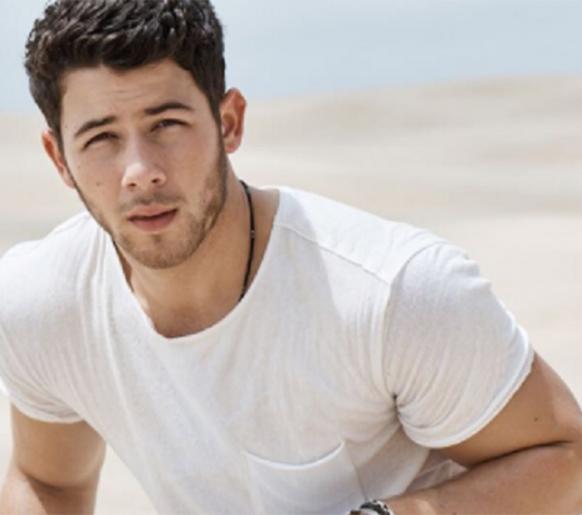 "Nick Jonas divulga música ""Anywhere"""