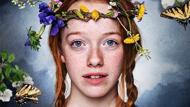 Anne belíssima com a sua coroa de flores.